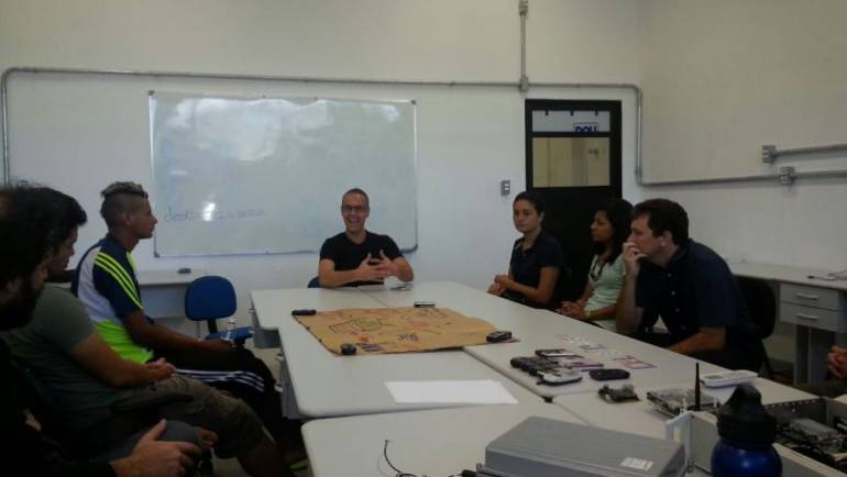 Coordenador do instituto Nupef visita o Laboratório de Sensores e Sistemas Embarcados (Lasse) para conhecer o projeto CELCOM